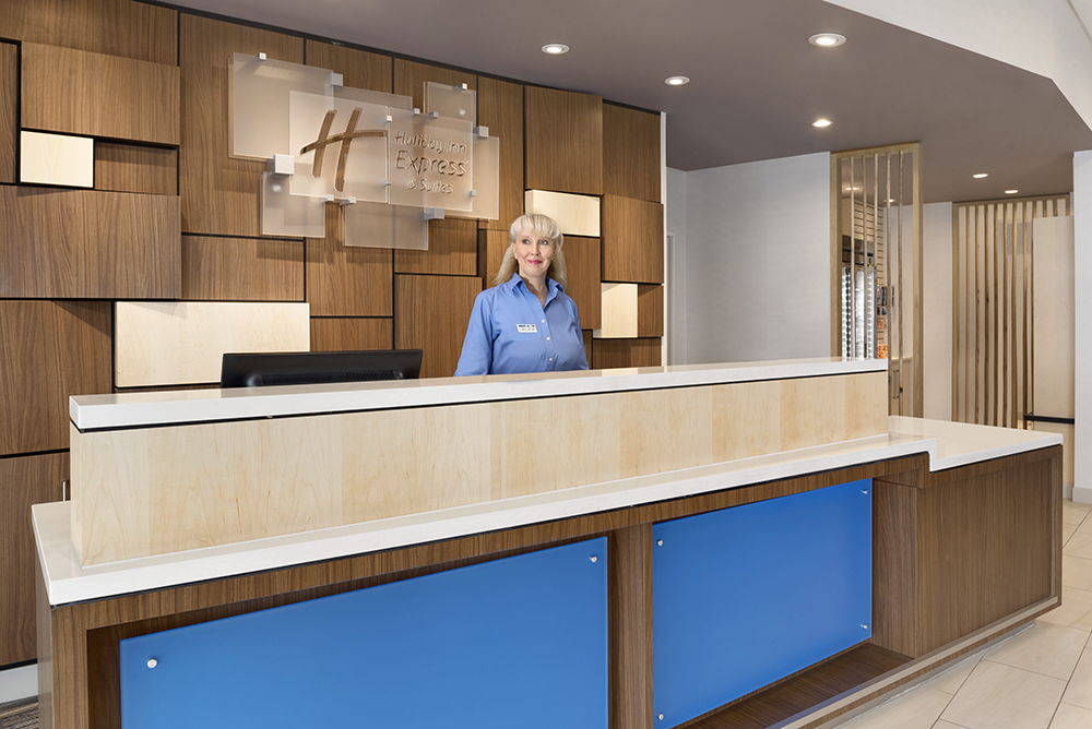 dulex-holiday-inn-express-&-suites-duluth-north-miller-hill-front-desk-staff