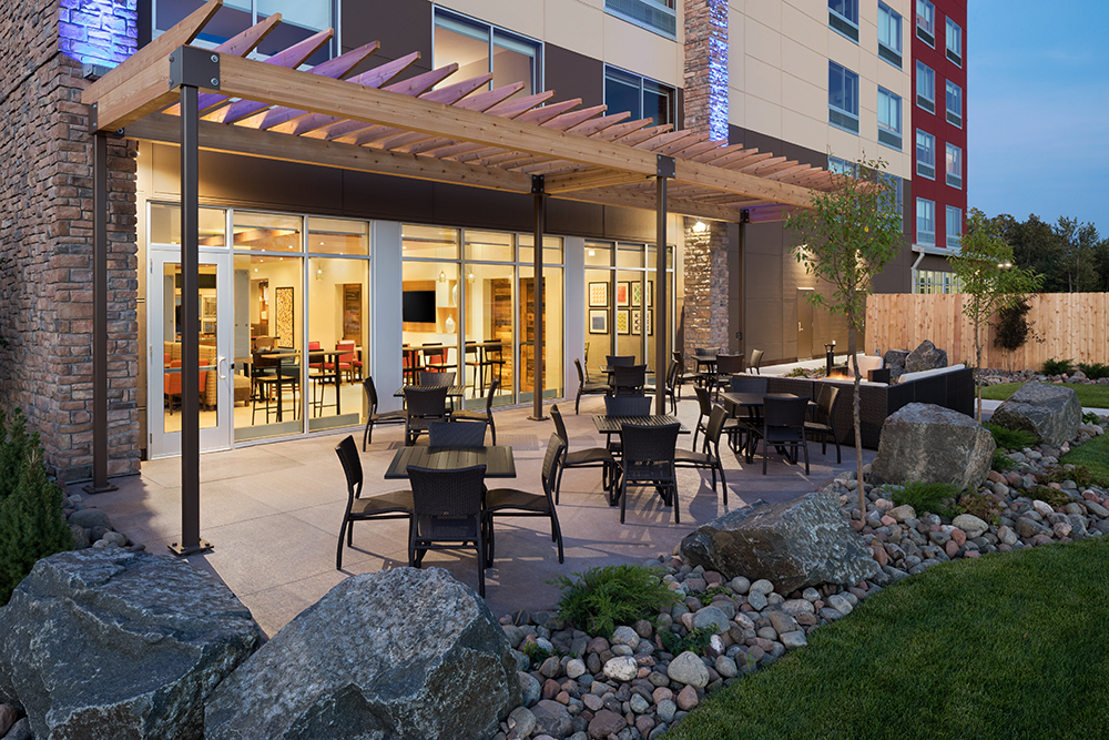 dulex-holiday-inn-express-&-suites-duluth-north-miller-hill-patio-02