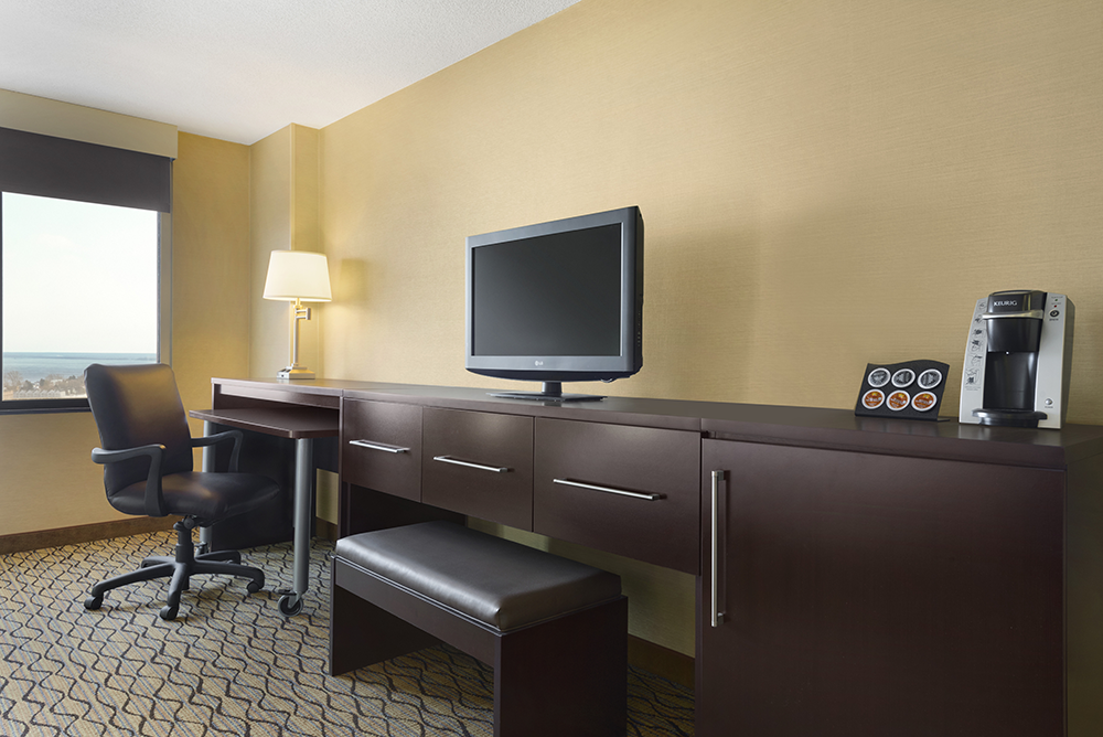 dulmn-holiday-inn-hotel-&-suites-duluth-downtown-1-king-bed-executive-lake-view-rm1616-02